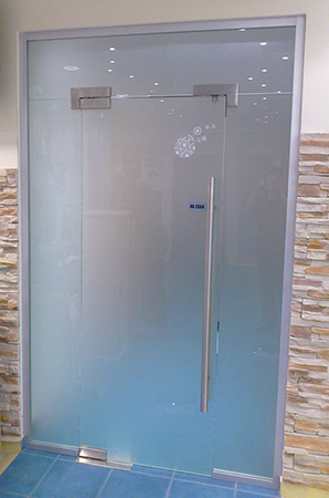steklyannye-mayatnikovye-dveri