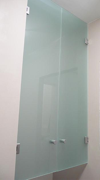 steklyannye-dveri-v-nishu